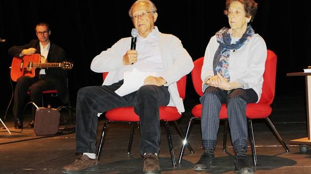 Vyprávění dvaadevadesátiletého Alexandra Nesanela Frieda, který přežil tři koncentrační tábory a pochod smrti, doprovodilo v trutnovském Uffu seskupení Augenblick hebrejskými a židovskými písněmi, které zazpíval evangelický farář Tomáš Molnár.