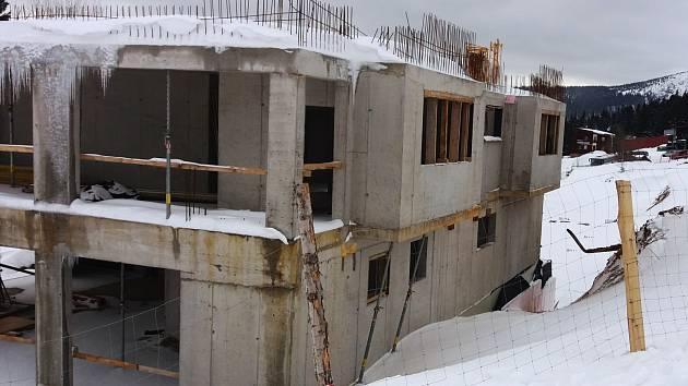 Horní Mísečky, které katastrálně spadají pod obec Vítkovice, se proměnily ve stavební arénu, roste tam šest apartmánových domů. Jejich výstavba bude pokračovat po zimní přestávce začátkem května.