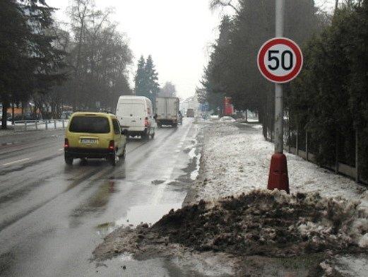 ZVYK JE ZVYK a mnoho řidičů ani nezaznamenalo, že v Náchodské ulici v Trutnově už sedmdesátka neplatí.