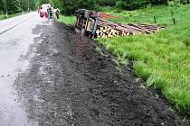 PŘEVRÁCENÝ NÁKLADNÍ AUTOMOBIL i srážka dvou osobních vozů, dvě nehody na silnici mezi Trutnovem a Pilníkovem.