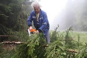 Možnost přijet si pro palivové dřevo na topení z lesů Krkonošského národního parku za symbolickou cenu využívá také Ivo Hlávka z Vrchlabí.