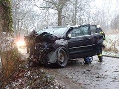 Havárka ve Volanově, auto nabouralo do stromu