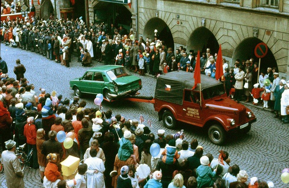 Už téměř zapomenuté oslavy 1. máje v Trutnově. Snímek je z 80. let.