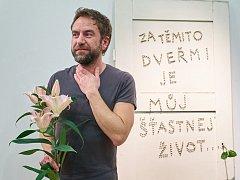 Z vernisáže výstavy Milana Caise v Trutnově.