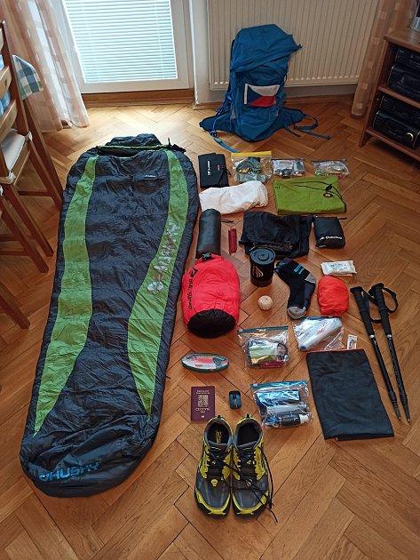 Sbaleno. Ivan Mitrus naskládal výbavu na dlouhé putování do batohu sčeskou vlaječkou.