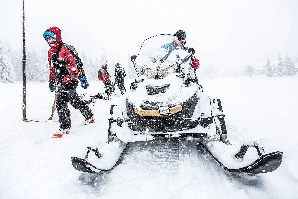 Cvičení horské služby s lavinovými psy na hřebenech Krkonoš