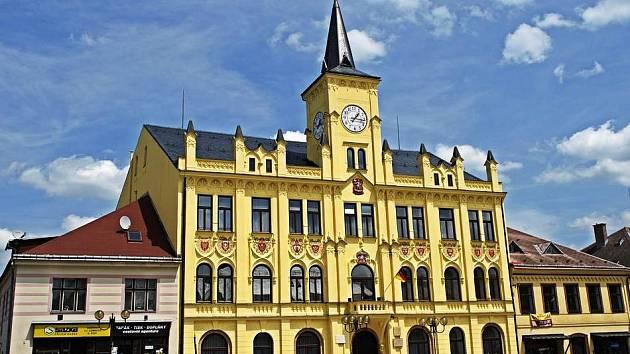 RADNICE V LOMNICI. Stavba má pohnutou historii. Původní dřevěná budova roku 1590 vyhořela, na stejném místě ji nahradila začátkem 17. století nová, opět dřevěná. Současná radnice pochází z roku 1724.