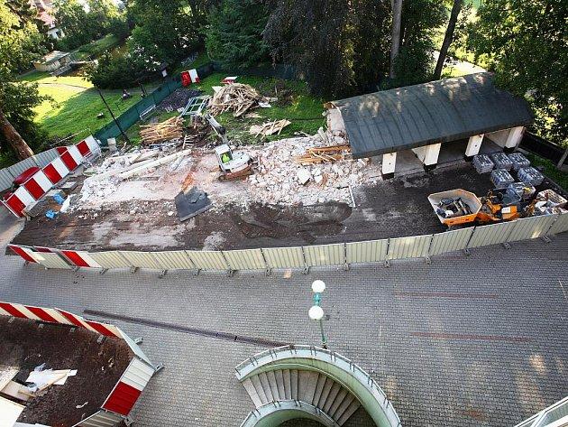 BOURÁNÍM GARÁŽÍ začaly práce na výstavbě Krkonošského centra environmentálního vzdělávání, které vznikne naproti současnému sídlu Správy KRNAP ve Vrchlabí.