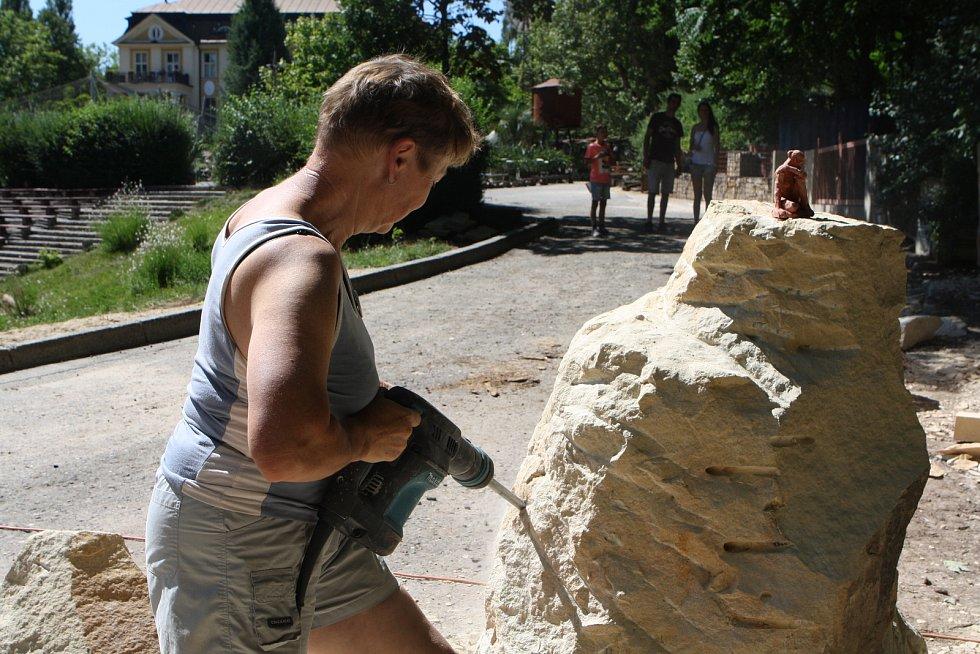 Sochaři ve dvorské zoo tvoří magickou Afriku.