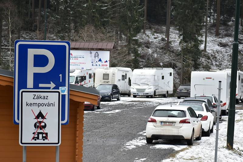 Ve Špindlerově Mlýně parkovaly také karavany.