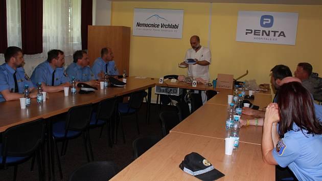 Městská policie Vrchlabí absolvovala odborné proškolení v nemocnici kvůli používání nově pořízeného defibrilátoru.