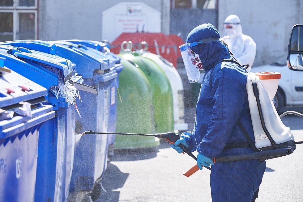 Pracovníci Technických služeb města Žacléř provádějí dezinfekci.