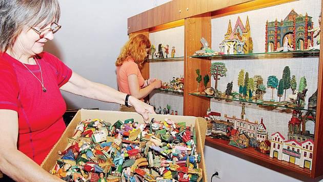 FIGURKY DO BETLÉMŮ vybírali pro polskou výstavu v Muzeu keramiky v Boleslavci pracovníci Krkonošského muzea ve Vrchlabí. Na snímku je Jana Sojková.