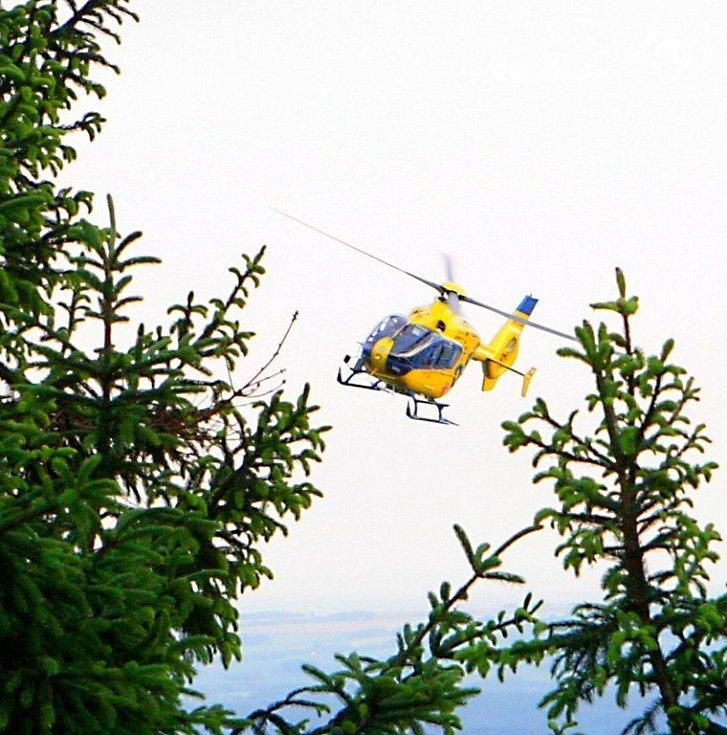 V neděli uvízl polský paraglidista v koruně stromu na zalesněném svahu u Semil. K místu vyjeli hasiči, záchranka i PČR, na místě byl i vrtulník. Nehoda se obešla bez zranění.