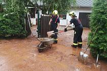 Hasiči z Trutnova Horního Starého Města zasahovali v pátek 14. sprna v terénu kvůli přívalovému dešti.
