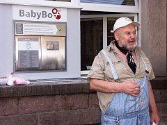 DUCHOVNÍ OTEC českých babyboxů, Ludvík Hess před novým zařízením u vchodu do Panochovy nemocnice.