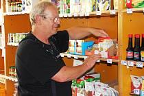 MILOSLAV JANUS z Borovničky převzal místní obchod. Prodejnu provozuje také ve 30 kilometrů vzdálené Hajnici, což je prý výhodou. Může zboží podle potřeby převážet.