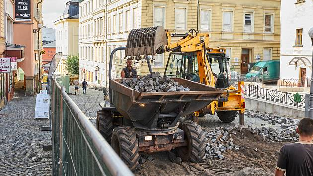 Rekonstrukce pěší zóny v centru Trutnova je v plném proudu.