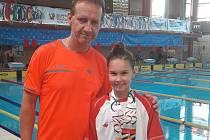 Trenér Tomáš Břeň a Terezie Bischofová z plaveckého oddílu TJ Loko UP GROUP Trutnov, která získala zlato a stříbro na dětské olympiádě.