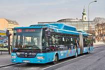 V autobusech MHD v Trutnově nově mohou cestující nastupovat předními dveřmi u řidiče, a to v případě, kdy jízdné hradí v hotovosti.