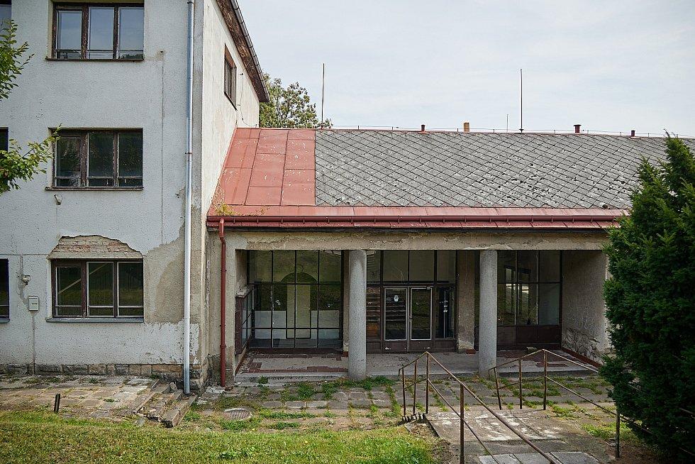 Slavnostní poklepání na základní kámen domova pro seniory v Žacléři, který vznikne v místě bývalé ubytovny.