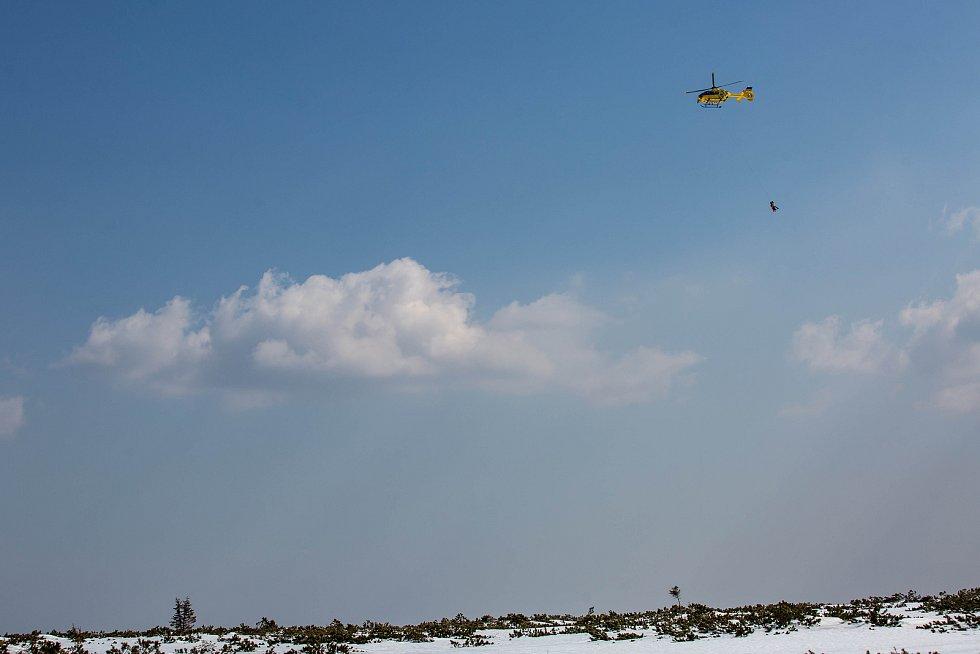 Vrtulník Letecké záchranné služby zachraňoval mladého skialpinistu ze Studniční jámy v Krkonoších.