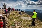 S vysokou návštěvností nejvyšší hory České republiky se pojí i problémy. Stovky turistů porušují zákaz vstupu a piknikují hned za cedulemi se zákazem.