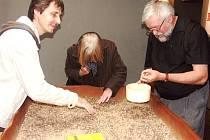 ÚČASTNÍCI dvoudenní konference, která se konala u příležitosti 70. výročí založení podniku Monokrystaly Turnov, si se zájmem prohlíželi kamenářské expozice turnovského muzea.