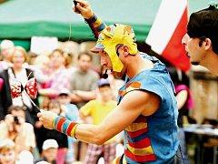 O ZÁBAVU DĚTÍ i dospělých se na žacléřských řemeslech starali po celý den také kejklíři Cirkusu trochu jinak.