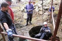 TAKÉ V UPLYNULÉM víkendu se na hradě Vízmburku sešli brigádníci. Sníh roztál a tak se pustili do čištění nádvoří včetně studny. Příští týden tu budou dobrovolníci v práci pokračovat.