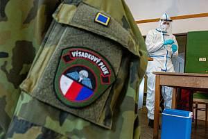 Armáda pomáhá i s testováním. Mobilní odběrový tým například přijel na dobrovolné testování do Malých Svatoňovic.