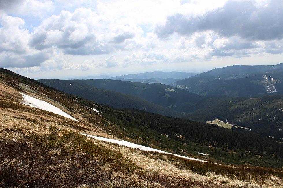 Jižní svah Studniční hory je místem, kde se drží v Krkonoších nejdéle sníh. V roce 2005 tam sníh odtál dokonce až 22. srpna.