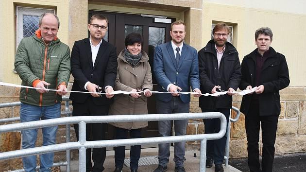 Martin Vlášek, ředitel Krkonošského gymnázia, které sídlí ve Vrchlabí a Hostinném, třetí zprava na předloňském snímku se zástupci kraje a města poté, co škola získala nové vybavení.