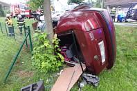 Vozidlo skončilo mimo silnici, narazilo do stromu.