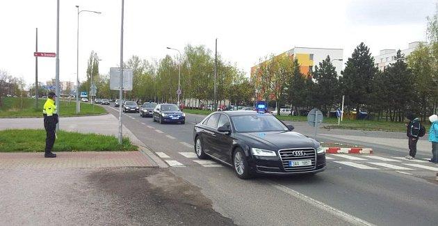 13:30 Prezident projel kolem Podzámčí a zamířil do Roudničky na oběd.  Podél celé trasy zastavují státní iměstští policisté dopravu ichodce.  Prezident totiž nezastavuje.
