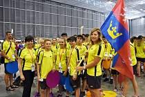 Vrchlabská biatlonistka Lucie Charvátová vlajkonoškou na Olympiádě dětí a mládeže