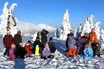 VÝUKA NA DOHLED. Žáci z Dolní Branné a Batňovic se mimo jiné učili na vrcholcích Krkonoš.
