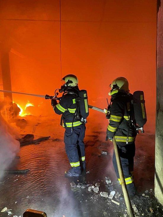 Rozsáhlý požár totálně zničil výrobní halu firmy Hilding Anders Česká republika v Roztokách u Jilemnice.