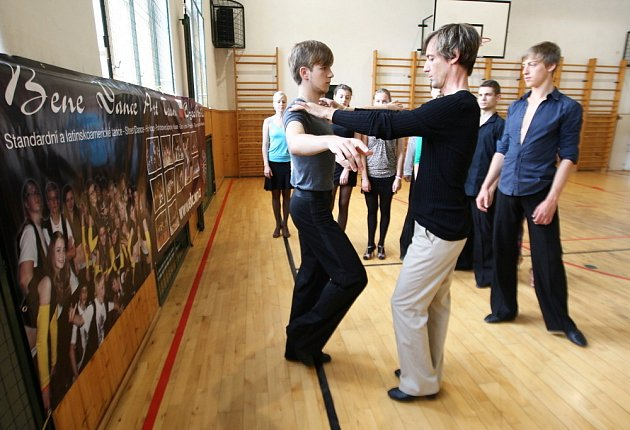 Taneční páry z celé republiky trénují v Trutnově pod dohledem Waltera Elscheka.