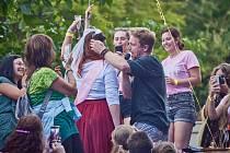 Koncert Tomáše Kluse s kapelou Cílová skupina na Štěrbově vile na Přehradě Les Království.