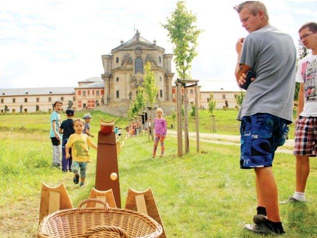 DUŠEKRAJ, rodinný festival, okouzlil Hospitalu Kuks. Zaměřený byl na zábavu, ale i poznání. U nejmenších bodovala třeba kaskáda žlabů, z níž spouštěly vlastnoručně pomalovaný míček.