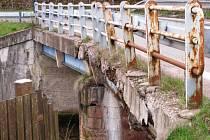 Zavřený most v Mladých Bukách ztěžuje dopravu