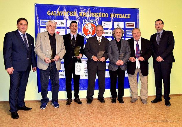 Byl zvyklý na potřásání rukou, teď si Stránský převzal cenu od prvního muže českého fotbalu