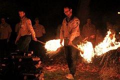 Jan Farský zapaloval slavnostní oheň při setkání skautských vůdců v Hostinném.