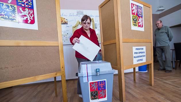 Voliči chodí hlasovat také na petříkovické koupaliště.