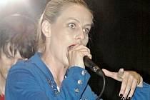 Dirty Blondies se zpěvačkou Beego.