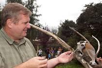 MODERÁTOR Pavel Kudrna si s lemurem Pepou podal dokonce ruku.