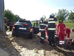 Při nehodě museli hasiči z auta vyprostit spolujezdce.