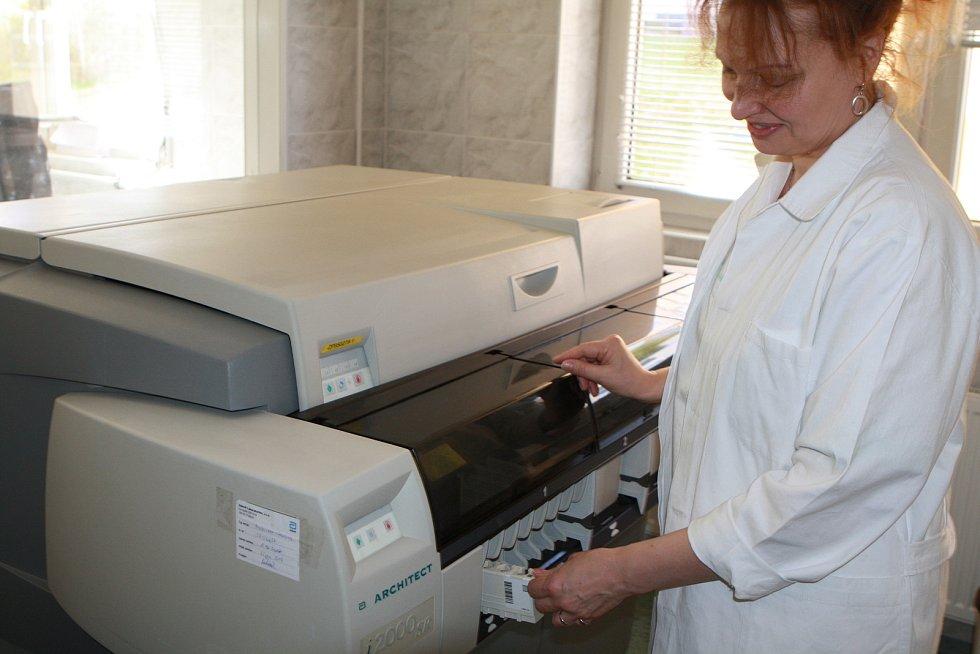 Oddělení mikrobiologie a imunologie trutnovské nemocnice zpracovalo od 28. února 5600 krevních vzorků kvůli epidemii spalniček.