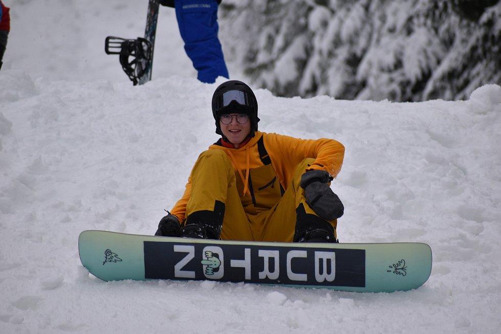 V lyžařském areálu Svatý Petr se pohybovalo jen několik desítek rodin s dětmi, které tam sáňkovaly nebo bobovaly, a snowboardistů.